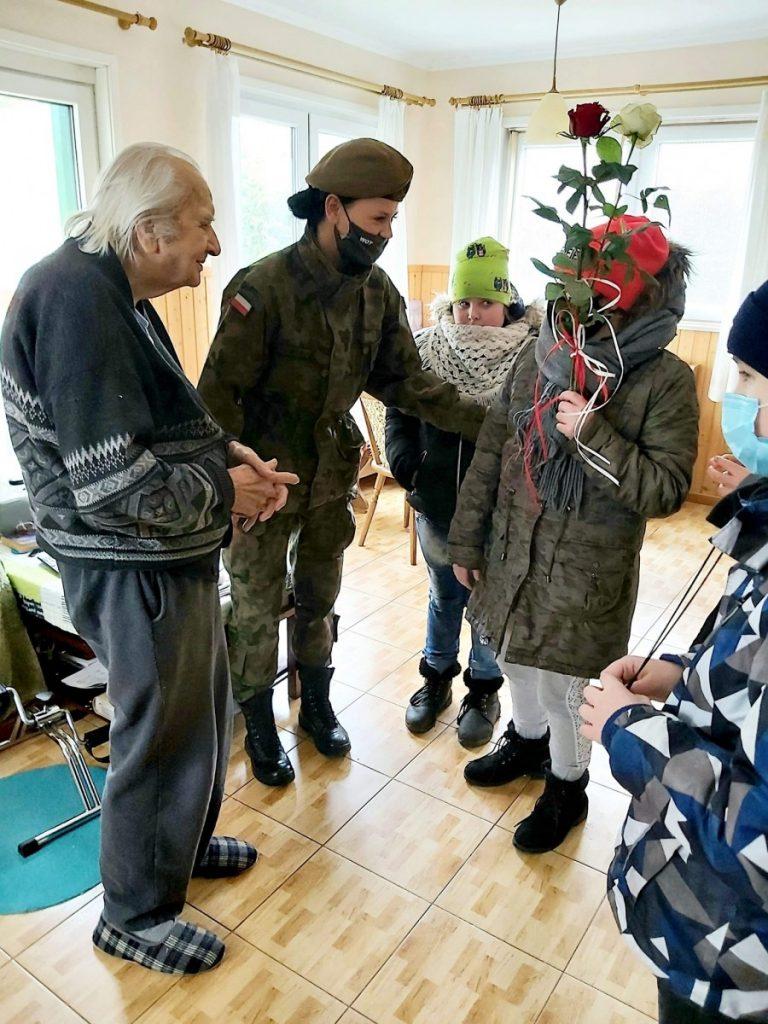 zdjęcie dzieci ze Specjalnego Ośrodka Szkolno Wychowawczego u kombatantów