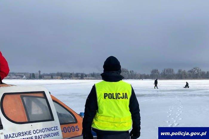 zdjecie partole policji i ratowników na mazurskich akwenach