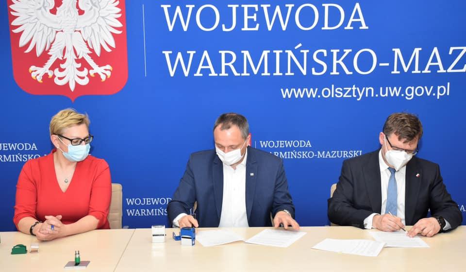zdjęcie - podpisanie umów na budowę dróg