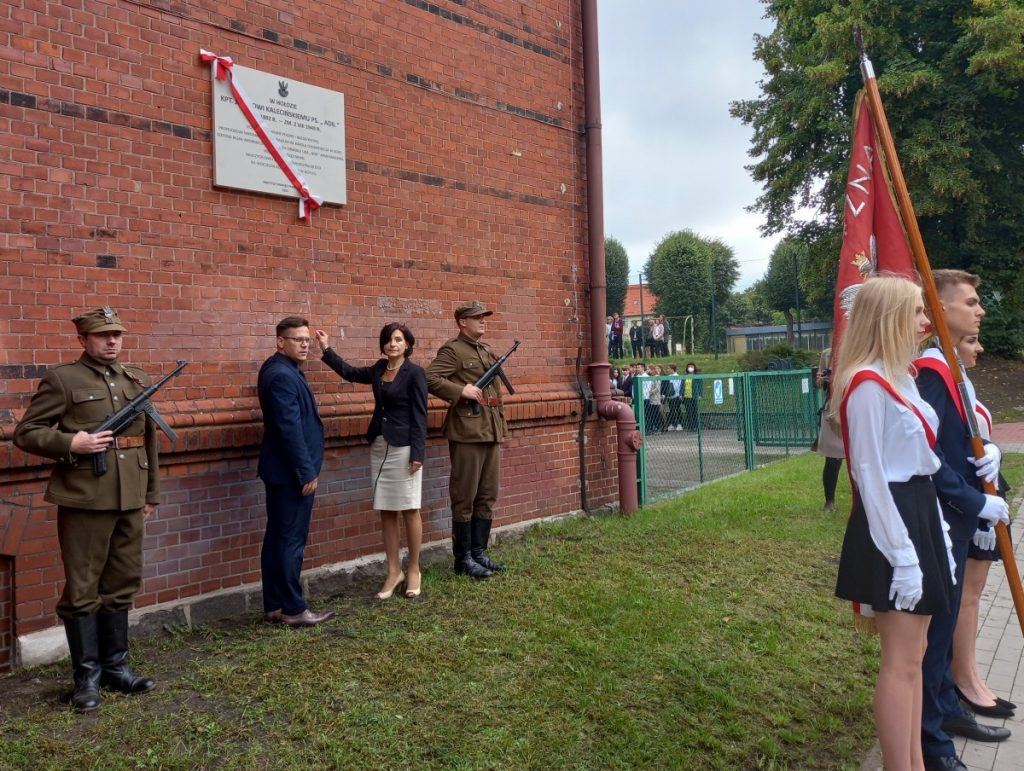 uroczystość odsłonięcia tablicy przy I LO upamiętniającej Józefa Kalecińskiego